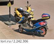 Купить «Скутер (мотороллер) на прокат», эксклюзивное фото № 2242306, снято 8 мая 2010 г. (c) Алёшина Оксана / Фотобанк Лори