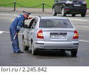 Купить «Москва. Сотрудник ДПС проверяет документы у водителя машины на Боровицкой площади», эксклюзивное фото № 2245842, снято 30 мая 2010 г. (c) lana1501 / Фотобанк Лори