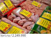 Витрина магазина с мясной продукцией (2010 год). Редакционное фото, фотограф Сергей Лаврентьев / Фотобанк Лори