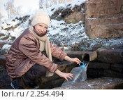 Девочка возле источника набирает воду. Стоковое фото, фотограф Сергей Шульгин / Фотобанк Лори