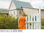 Купить «Женщина около калитки дачи», фото № 2256806, снято 14 мая 2010 г. (c) Дарья Филимонова / Фотобанк Лори