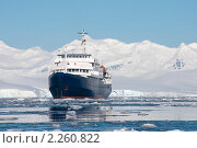 Купить «Судно стоит на якоре у берегов Антарктиды», фото № 2260822, снято 15 декабря 2010 г. (c) Пётр Соболев / Фотобанк Лори