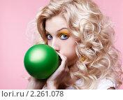 Купить «Девушка надувает шарик», фото № 2261078, снято 3 декабря 2010 г. (c) Serg Zastavkin / Фотобанк Лори