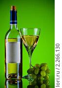Купить «Белое вино и гроздь винограда», фото № 2266130, снято 20 мая 2019 г. (c) Петр Малышев / Фотобанк Лори