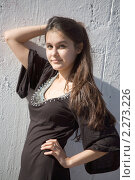 Красивая азиатка в коричневом платье на фоне светлой каменной стены. Стоковое фото, фотограф Антон Романов / Фотобанк Лори