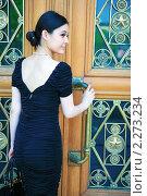 Азиатская девушка перед большой дверью с сумкой. Стоковое фото, фотограф Антон Романов / Фотобанк Лори
