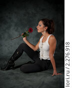 Купить «Девушка с красной розой в руке», фото № 2276918, снято 3 октября 2009 г. (c) Лена Лазарева / Фотобанк Лори