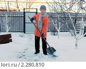 Купить «Женщина чистит снег», фото № 2280810, снято 5 января 2011 г. (c) fotobelstar / Фотобанк Лори