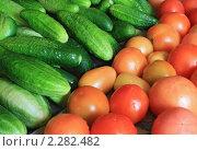 Купить «Мокрые огурцы и помидоры», фото № 2282482, снято 2 августа 2010 г. (c) Сергей Яковлев / Фотобанк Лори