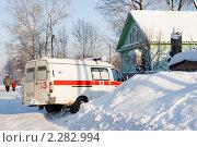 Купить «Скорая помощь на сельской улице», эксклюзивное фото № 2282994, снято 16 января 2011 г. (c) Александр Щепин / Фотобанк Лори
