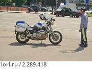 Купить «Сотрудник ДПС около милицейского мотоцикла», эксклюзивное фото № 2289418, снято 22 мая 2010 г. (c) Алёшина Оксана / Фотобанк Лори