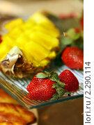 Купить «Блюдо с клубникой и ананасом», эксклюзивное фото № 2290114, снято 13 января 2011 г. (c) Татьяна Белова / Фотобанк Лори