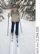 Купить «Женщина на лыжах едет по заснеженному лесу», фото № 2294930, снято 23 января 2011 г. (c) Светлана Кузнецова / Фотобанк Лори