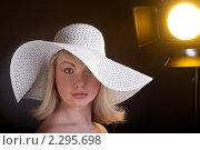 Купить «Студийный портрет девушки в белой широкополой шляпе», фото № 2295698, снято 18 января 2011 г. (c) Андрей Батурин / Фотобанк Лори