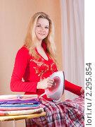Купить «Девушка с утюгом», фото № 2295854, снято 9 января 2011 г. (c) Майя Крученкова / Фотобанк Лори