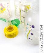 Купить «Детские бутылочки с нанесенной на поверхность градуированной шкалой, соской и мерной ложкой», фото № 2297954, снято 24 января 2011 г. (c) Дмитрий Фиронов / Фотобанк Лори