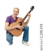 Купить «Молодой мужчина с акустической гитарой», фото № 2298918, снято 25 декабря 2010 г. (c) Александр Лычагин / Фотобанк Лори