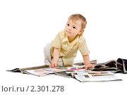 Маленький мальчик читает журналы. Редакционное фото, фотограф Сергей Коршенюк / Фотобанк Лори
