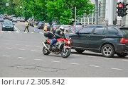 Купить «Мотоциклист на площади Разгуляй», эксклюзивное фото № 2305842, снято 8 июня 2010 г. (c) Алёшина Оксана / Фотобанк Лори