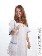 Купить «Позитивная медсестра собирается делать укол», фото № 2307986, снято 21 мая 2010 г. (c) Евгений Батраков / Фотобанк Лори