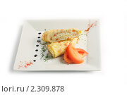 Рулеты из омлета с сыром и помидорами на светлой тарелке на белом фоне. Стоковое фото, фотограф Андрей Алпатов / Фотобанк Лори