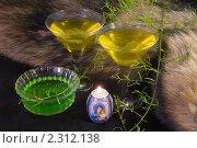 Купить «Бокалы с коктейлем и свеча  на  фоне меха», фото № 2312138, снято 26 января 2011 г. (c) Владимир Фаевцов / Фотобанк Лори