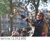 Купить «На улице в Париже», фото № 2312850, снято 21 октября 2010 г. (c) Николай Коржов / Фотобанк Лори