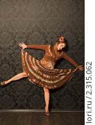 Купить «Женщина в коричневом платье стоит у стены», фото № 2315062, снято 1 октября 2009 г. (c) Losevsky Pavel / Фотобанк Лори