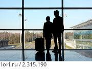 Купить «Семейная пара в аэропорту», фото № 2315190, снято 11 апреля 2010 г. (c) Losevsky Pavel / Фотобанк Лори
