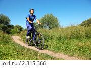 Купить «Мужчина едет на велосипеде в солнечный летний день», фото № 2315366, снято 11 августа 2009 г. (c) Losevsky Pavel / Фотобанк Лори