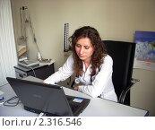 Врач обрабатывает информацию на компьютере (2010 год). Редакционное фото, фотограф Татьяна Крамаревская / Фотобанк Лори