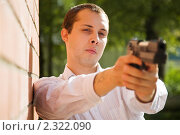 Купить «Мужчина с пистолетом», фото № 2322090, снято 18 июня 2010 г. (c) Яков Филимонов / Фотобанк Лори