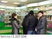 Купить «Эпидемия гриппа. Очередь за лекарствами», фото № 2327934, снято 3 февраля 2009 г. (c) Татьяна Нафикова / Фотобанк Лори