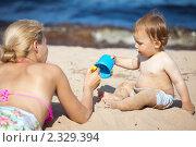 Купить «Ребенок с мамой на пляже», фото № 2329394, снято 4 апреля 2020 г. (c) Руслан Керимов / Фотобанк Лори