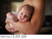 Купить «Новорожденный ребенок на руках у папы», фото № 2331326, снято 12 августа 2010 г. (c) Константин Сутягин / Фотобанк Лори