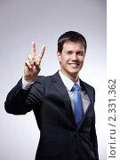 Купить «Деловой мужчина демонстрирует жест мира», фото № 2331362, снято 27 октября 2010 г. (c) Raev Denis / Фотобанк Лори