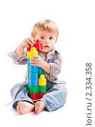 Купить «Ребенок с игрушками», фото № 2334358, снято 7 декабря 2010 г. (c) Руслан Керимов / Фотобанк Лори