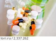 Разноцветные таблетки, пилюли и другие лекарства на зеркальной поверхности. Стоковое фото, фотограф Татьяна Емшанова / Фотобанк Лори