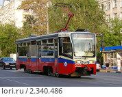 Купить «Трамвай идет по Первомайской улице. Москва», эксклюзивное фото № 2340486, снято 7 июля 2010 г. (c) lana1501 / Фотобанк Лори