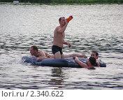 Купить «Люди плавают на надувном матрасе», эксклюзивное фото № 2340622, снято 10 июля 2010 г. (c) lana1501 / Фотобанк Лори