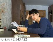 Женщина с квитанциями на коммунальные платежи и деньгами. Стоковое фото, фотограф Светлана Кузнецова / Фотобанк Лори