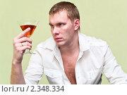 Купить «Мужчина с бокалом виски в раздумье», фото № 2348334, снято 6 февраля 2011 г. (c) Кекяляйнен Андрей / Фотобанк Лори