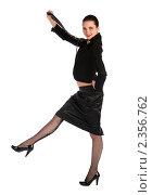 Купить «Девушка в черном костюме шагает, подняв галстук», фото № 2356762, снято 19 августа 2018 г. (c) Corwin / Фотобанк Лори