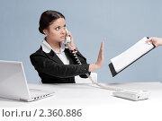 Купить «Деловая женщина разговаривает по  телефону и отказывается от документов», фото № 2360886, снято 21 декабря 2010 г. (c) Александр Маркин / Фотобанк Лори
