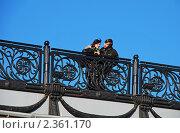 Купить «Москва. Влюбленная пара на мосту», эксклюзивное фото № 2361170, снято 27 марта 2009 г. (c) lana1501 / Фотобанк Лори