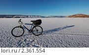 Купить «Горный велосипед на льду озера Байкал», фото № 2361554, снято 6 января 2011 г. (c) Тарханов Николай Алексеевич / Фотобанк Лори