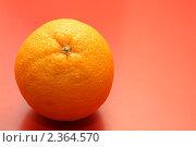 Апельсин на красном фоне. Стоковое фото, фотограф Чуев Максим / Фотобанк Лори