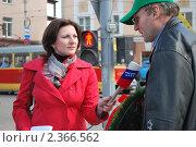 Купить «Девушка-корреспондент берет интервью», фото № 2366562, снято 26 апреля 2010 г. (c) Сычёва Татьяна / Фотобанк Лори
