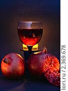 Красное вино в фужере и два граната. Стоковое фото, фотограф Алексей Баринов / Фотобанк Лори