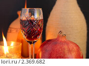 Красное вино в фужере, гранат и свечи. Стоковое фото, фотограф Алексей Баринов / Фотобанк Лори